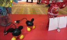Os ovos do Mickey (Nestlé) investem em tecnologia e trazem uma caixinha de som que liga no computador. Já o da Minie traz uma corrente com pingentes para as meninas.