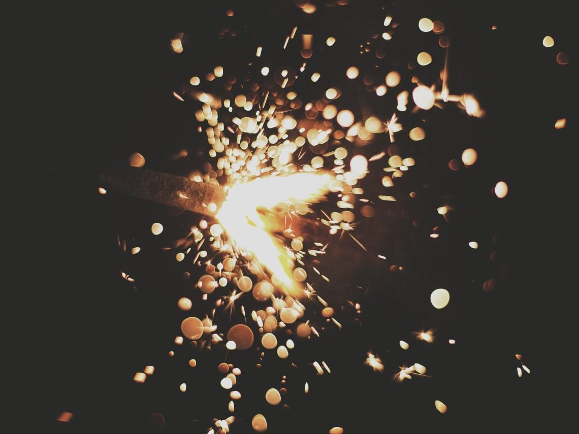 Strahlende Funken Fliegen Durch Den Nachthimmel Als Symbol Fur Mutmachende Spruche Und Positives
