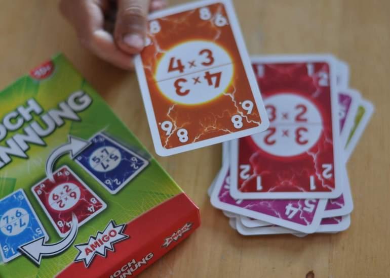 Mit diesen vier Kartenspielen lernen Schulkinder spielerisch Mathe. Zahlen kennen lernen, Muster erkennen, sowie Plus, Minus und Malaufgaben üben. Das beste: Sie merken gar nicht, das gerechnet wird. Macht auch dem Rest der Familie Spaß! #mathe #rechnen #zahlen #grundschule #spiel #familienspiele #nachhilfe #karten