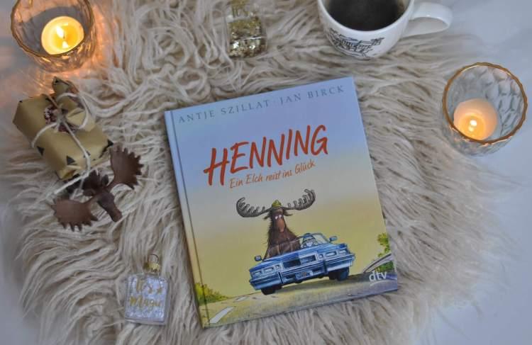 Mitten in den Dreharbeiten türmt Henning vom Set. Doch der Weg ist weit, so dass Henning jede Mitfahrgelegenheit wahrnimmt. Dafür schenkt er allen ein offenes Ohr, obwohl ihm niemand so recht zuhören mag. Denn so ein zuhörender Elch kann ein Leben verändern. #elch #schweden #glück #liebe #roadtrip #theraphie #lesen #buch