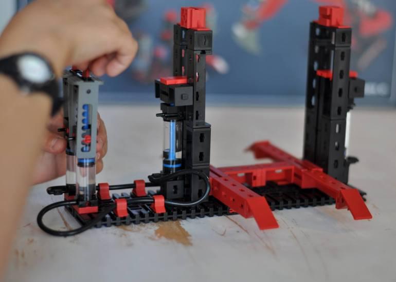 Das Hydraulik-Set von fischertechnik ist einfach super gut durchdacht, so dass Kinder ab 9 Jahren weitgehend eigenständig damit bauen können. Der Schuljungen war vor allem von der Bauleitung begeistert, da immer der aktuelle Bauschritt farbig dargestellt ist - die vergangenen werden dann grau. So ist jeder Bauschritt einfach nachzuvollziehen. #hydraulik #bauen #fischertechnik #bagger #mechanik #hebebühne #pistenraupe #versuch #physik #spielzeug #geschenk