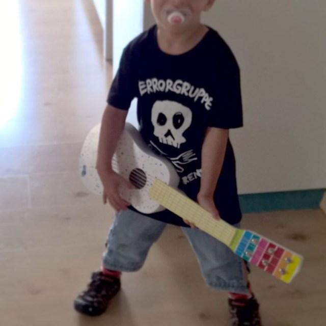 EAT YOUR PARENTS  Wenn der Rabaukowitsch mit seiner Gitarrehellip