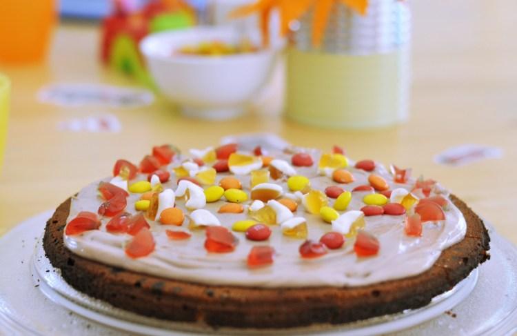 Bunt belegte Cookie Torte: Süße Pizza für den Kindergeburtstag
