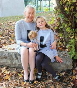Mutter, Tochter, Puppe im Partnerlook