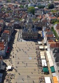 Delft mit Kind: Blick vom Turm der Nieuwe Kerk auf den Marktplatz mit dem Rathaus