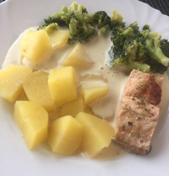 Lachsfilet mit Brokkoli und Kartoffeln in Senfsauce