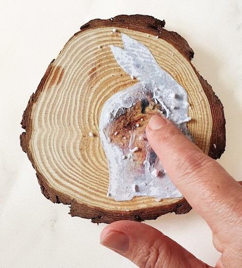 Basteln mit Kindern: Osterhase auf Holz mit Fototransfer-Potch Anleitung