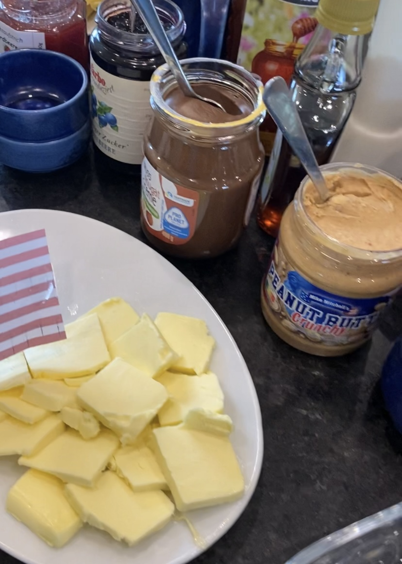 Butter, Ahornsirup und Erdnussbutter