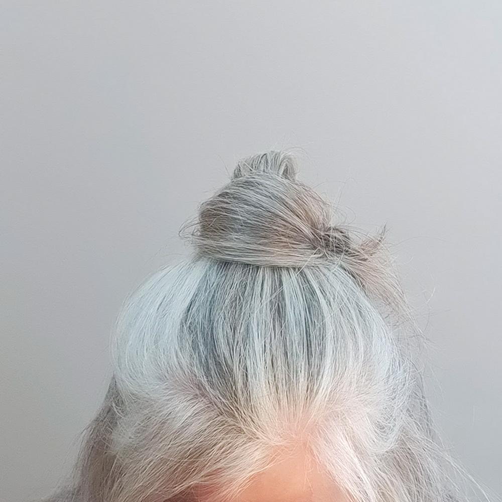 Frisur für graue Haare: Half Bun