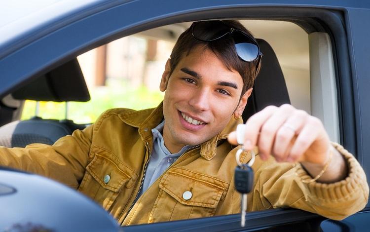 Jóvenes pagan más por seguro de su coche
