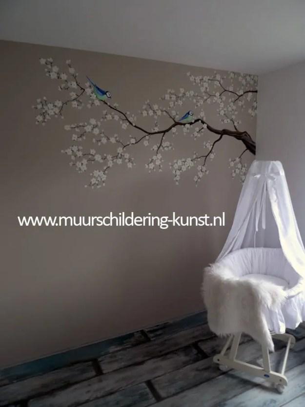 Babykamer muurschildering bloemen