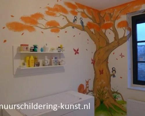 Muurschildering boom babykamer