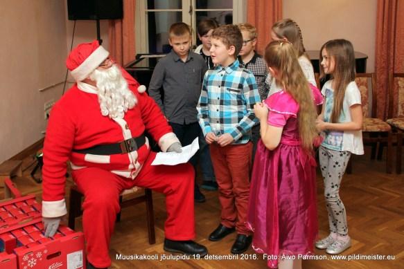 Jõuluvana koos usinate õpilastega