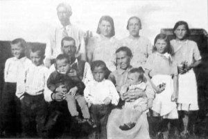Juho ja Tyyne Heikin perhe. Takana vasem. Kalevi, Nanni, Elvi ja Elli. Edessä vasem. Kauko Kauno,Juho sylissään Knuuti, Kosti, Tyyne sylissä Kunnari. Kuva vuodelta 1938.
