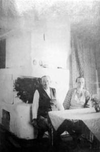Johan Aukusti Kylmämaa (asioitsija) 1872-1942. Toisen vaimonsa Tildan kanssa. Kuvavuodelta 1938. Paikka liskon ja Loisan tupa, jossasilloin asuivat Virtaset. Taustalla kivimuuri.