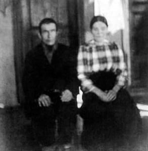 Nivan pirtissä 1930-luvun alussa otettu kuva, jossa Juho Niva (1869-1936) ja Kaisa-Marja (1876-1939).