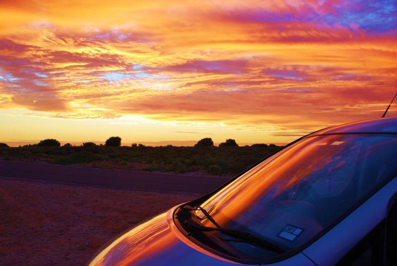 Auringonlasku road tripillä Australiassa