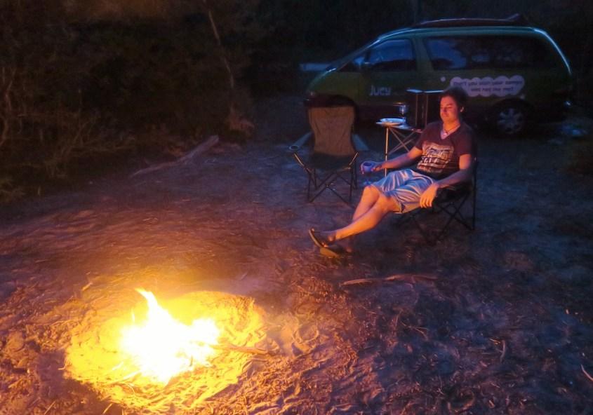 Nuotiolla leirintäalueella Australiassa
