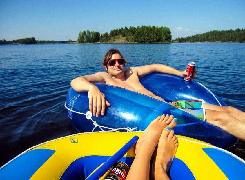 Suomen järvellä kellumassa