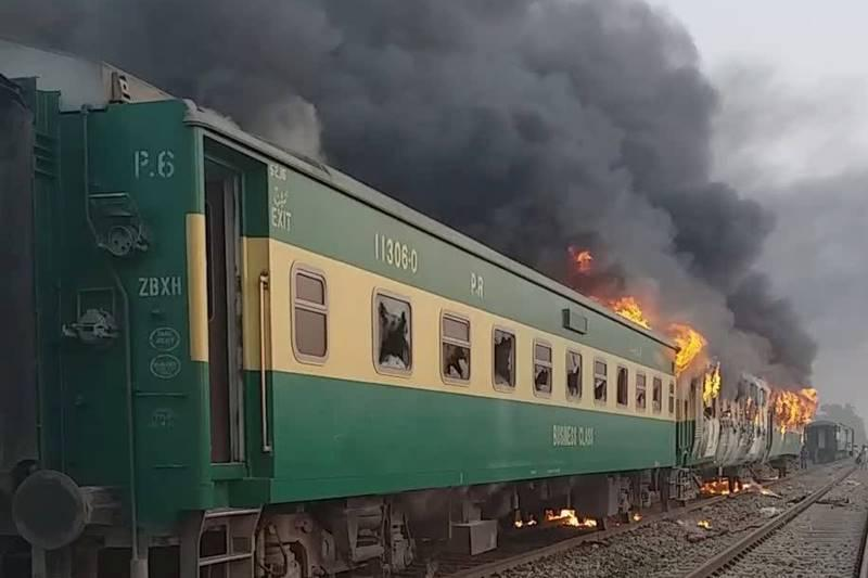 Pakistan: 65 people died in a moving train due to a fire 1