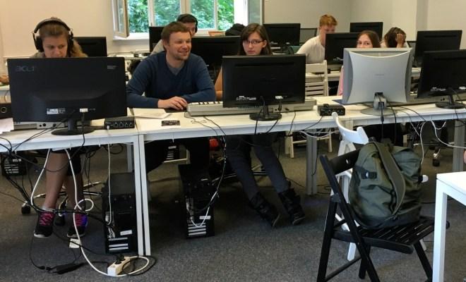 Die Kinder lernen mit dem Computer zu arbeiten.