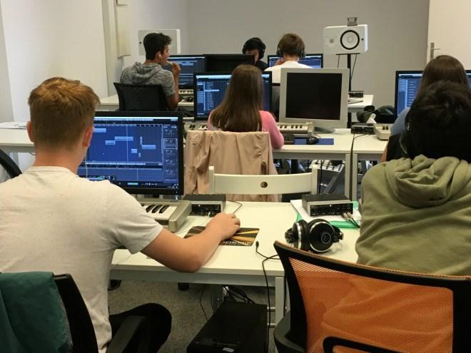 Die Schüler sind konzentriert am arbeiten.