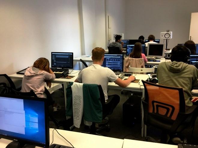 Die Schüler arbeiten trotz ihrer Müdigkeit konzentriert.