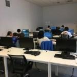 Ein Blick in den Raum der arbeitenden Schüler.