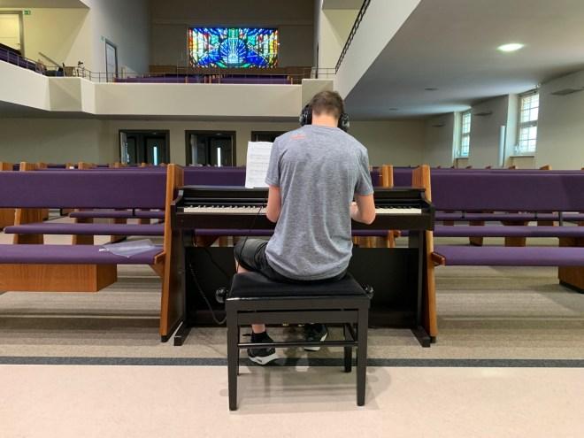 Bevor es an die Orgel geht, muss erstmal geübt werden.