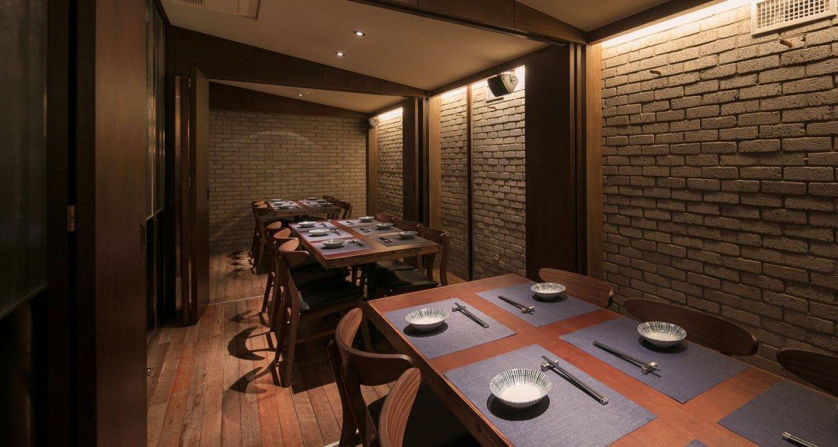 wooden-interior-korean-restaurant-GwangHwaMunHaeMul-tables