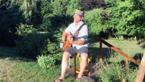 Stan Stewart sings and plays Quake
