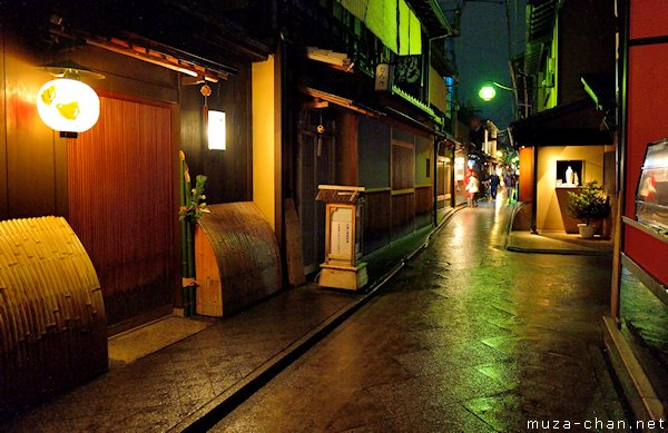 Simply beautiful Japanese scenes rainy nigh in Pontocho Kyoto