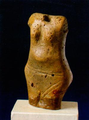 Оштетена фигурина - стилизирана претстава на жена, со вдлабнување за всадување на главата