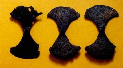 3 бронзени секири (лабриси) – 0063 симбол на висок војнички статус; Висои, Беранци