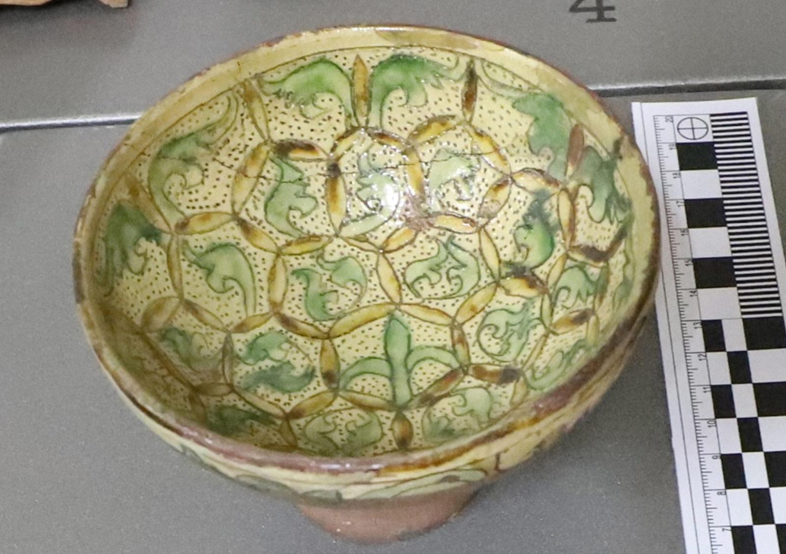 Керамички сад - пехар, 13-14 век