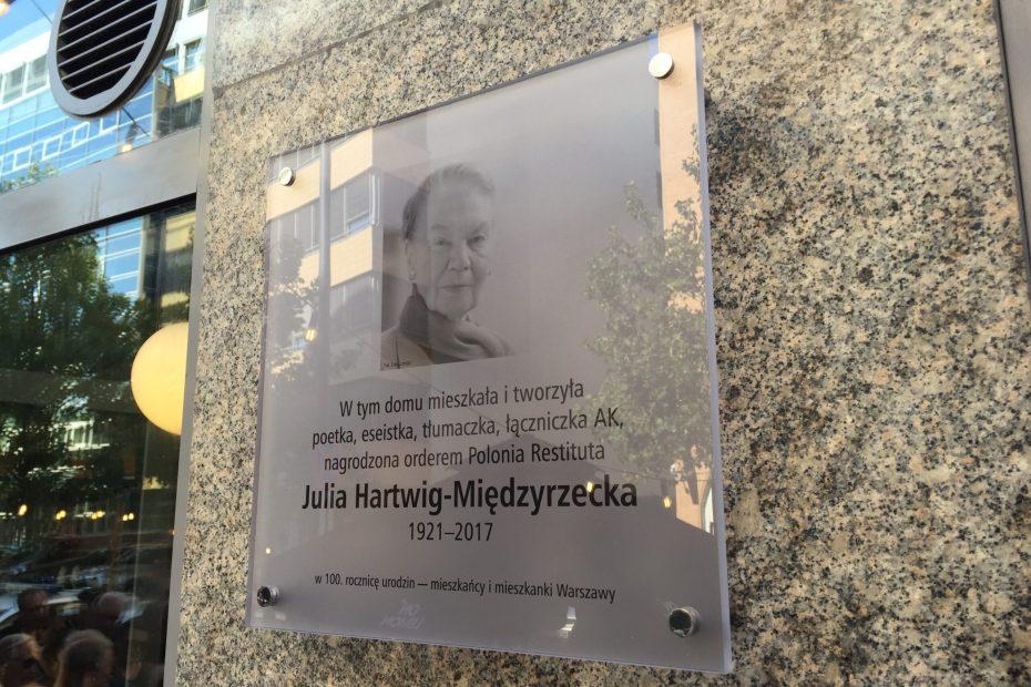 zdjęcie: szklana tablica na marmurowej fasadzie budynku, portret Julii Hartwig
