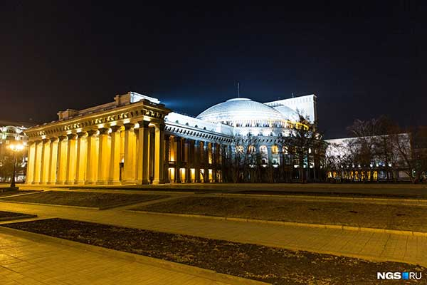 «Пять таких светильников стоят как квартира-студия». Бизнесмен — о новой подсветке Новосибирского оперного театра