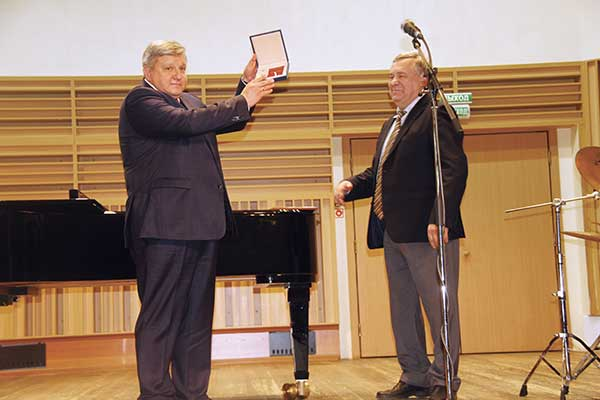 Николай Овсиенко наградил директора Новосибирской специальной музыкальной школы Александра Марченко за вклад в российскую культуру