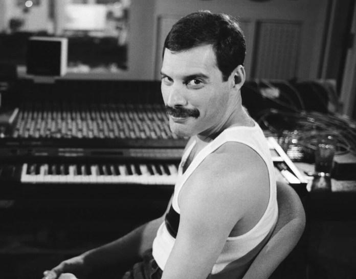 """Freddie Mercury i jego największe przeboje solowe – posłuchaj """"Never Boring""""!"""