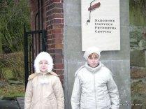 Paulinka Baj i Jola Majkut przed wejściem do parku...