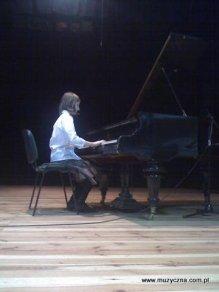 Karolina Belz przy fortepianie.