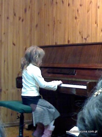 Patrycja Nowak przy pianinie