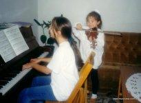 1997 rok - rodzinne muzykowanie. Justyna Janusz z siostrą Gabrysią.
