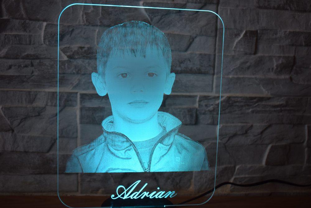 portrait grave sur verre acrylique avec lampe led multicolore personnalise