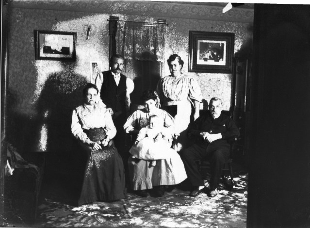 photo of Unidentified Family Portrait