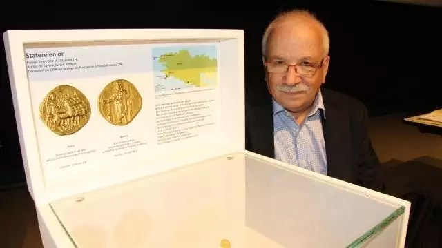 photo jean-louis aicard a retrouvé ce statère cyrénaïque qui rejoint les collections du musée de bretagne. © of