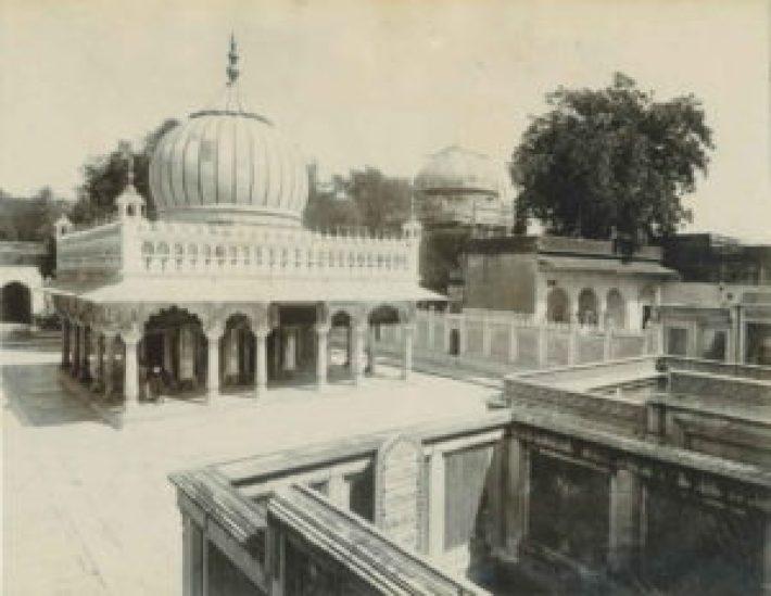 Jahanara_lies_next_to_Nizamuddin