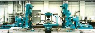 Universal mill stand in roll changing device, vertical and horizontal rolls disassembled