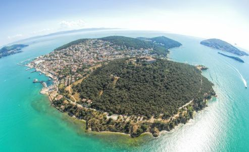 The real island of Heybeliada, in the Sea of Marmara, near Istanbul, is the location for the novel.