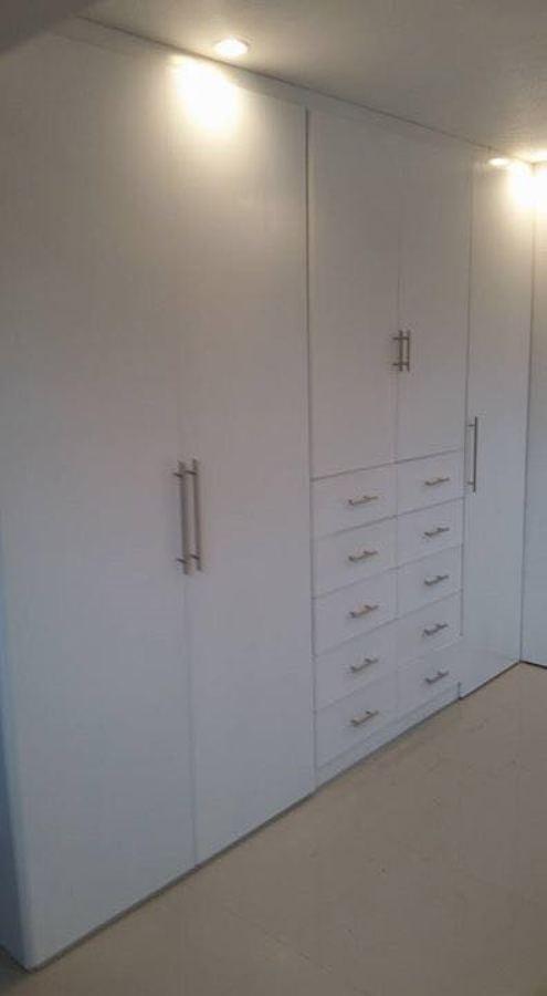 Foto Closet en Laca Blanca de Pared a Pared de Closets Y